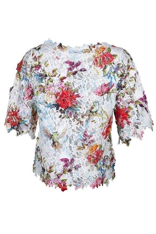 Kriss Topp Carlyn | vacker spetstopp med blommor, rund hals med en blombård och något längre kort ärm. kriss.eu