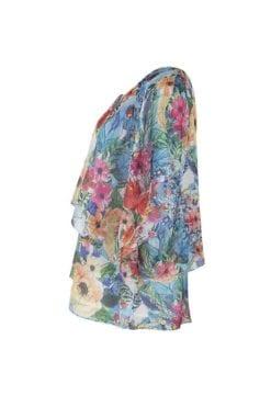 Kriss Blus Gränna. Härlig sommarblus med multifärgade blommor i två skira lager. Det övre lagret är kortare än det undre, och bildar en svepande fjärilsärm.