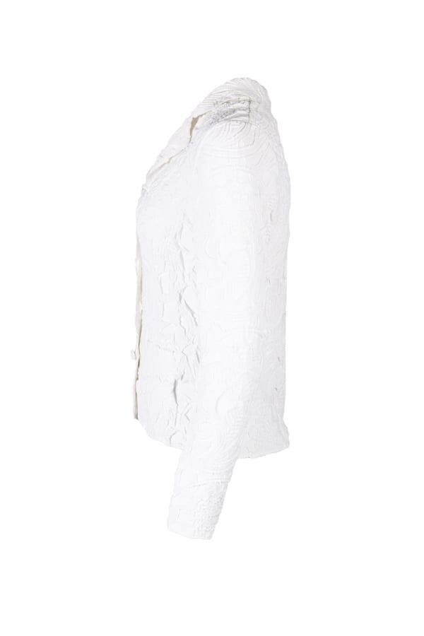 Kavaj Edelie i vit fuskmocka med unik design och spännande spets-plissering. Runt den V-ringade halsen sitter en kavajkrage med slag.