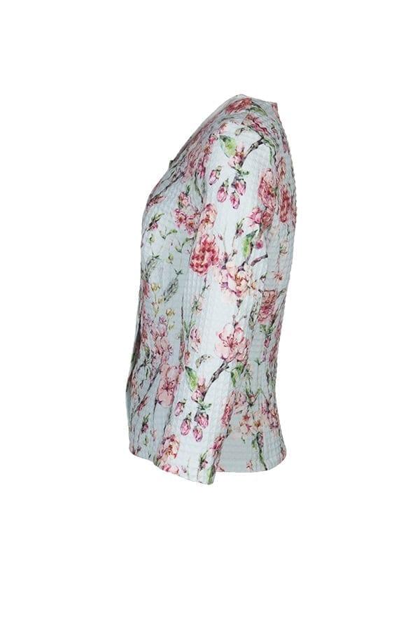 Feminin jacka med vårligt blommönster i en färgskala av ljuvlig pastell. Tyget i trikå är stretchigt och har en tredimensionell struktur av små rutor.