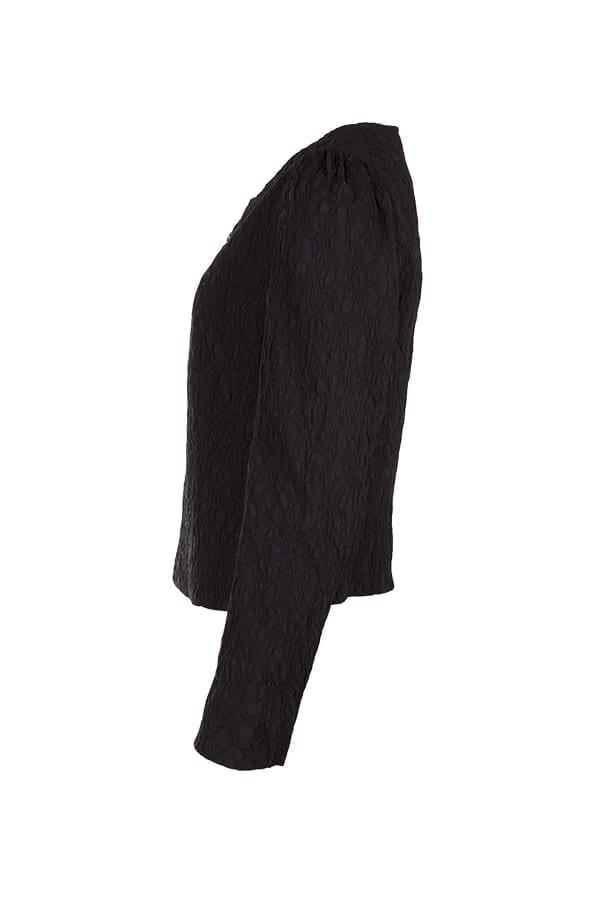 Jacka Galiana En stretchig jacka med spännande struktur på en svart botten. Jackan är kort i modellen, något insvängd i midjan och har små slitsar i sidan.