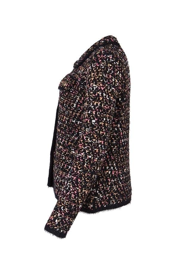 Stickad cardigan Sonya med mixade garner i färgerna svart, rosa och beige. Modellen är rak i passformen och har en rund halsringning med en krage runt om.